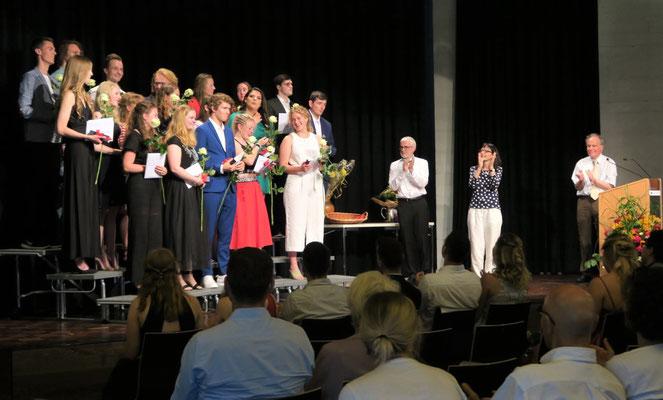 Applaus für die Maturae und Maturi am Gymnasium St. Klemens in Ebikon. Bild: Lea Achermann