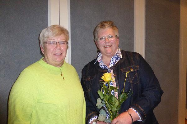 Telse Feldhusen begrüßt die neue Vorsitzende  vom OV Heide Jutta Knuth