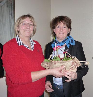 Telse Reimers bedankt sich bei der Vizepräsidentin Claudia Jürgensen