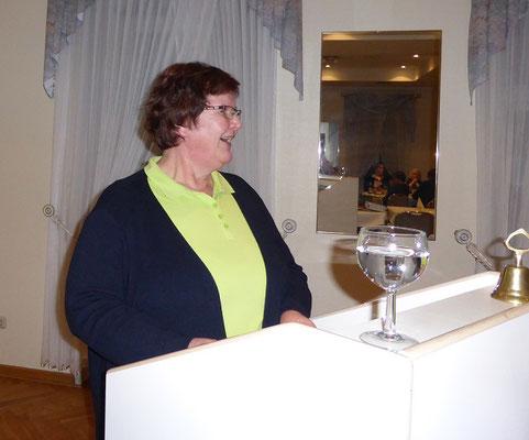Frauke Kühl erläutert den Kassenbericht