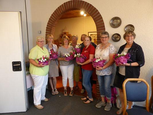 Der Kreisvorstand bedankt sich mit Blumen bei den Teilnehmerinnen für die Teilnahme am Tag der Milch.