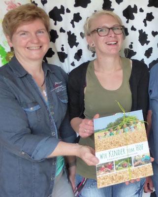 """Hilde Wohlenberg überreicht das Buch """"Wir Kinder vom Hof"""""""