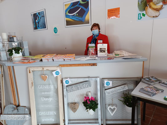 Kochbücher der LF Wesselburen gab es bei Siegrid Jungkuhn. Auch Wander- und Fahrradkarten wurden gerne genommen.