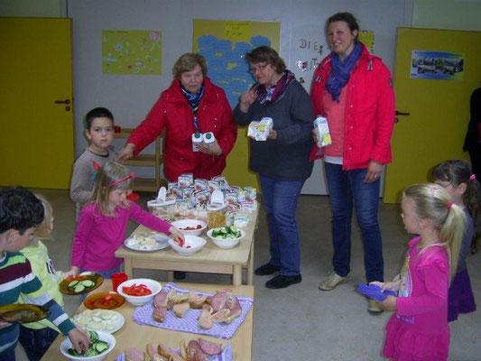 Kindergarten Wesselburen mit 1. Vors. Siegrid Jungkuhn