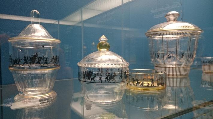 Glaswaren mit Schattenbildern im Bröhan Museum