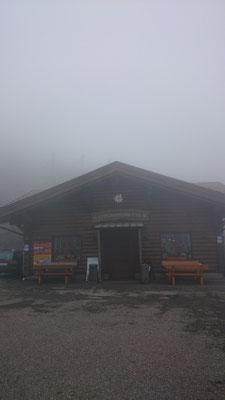 In dieser Hütte konnten wir uns erstmal bei einem heißen Kaffee und Kuchen aufwärmen. (Ja, Kuchen wärmt mich ;)