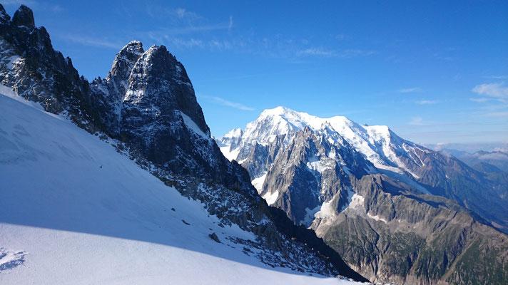 Rechts, der Mont Blanc, zu erkennen an der weißen Spitze