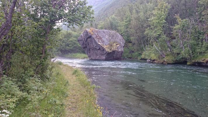 Dieser Felsen muss irgendwann vom Berg gerollt sein...wahnsinn