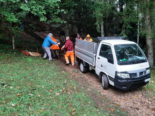 Anlieferung des Materials für den Treppenersatz durch den Einwohnergemeinde Werkhof. Danke Stefan