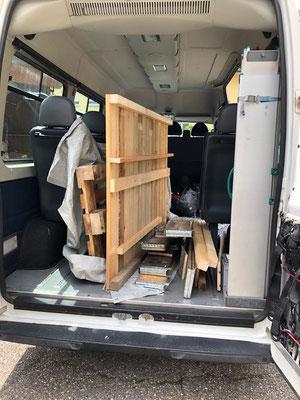 Transport mit dem SZU-Bus der Holzunterstände
