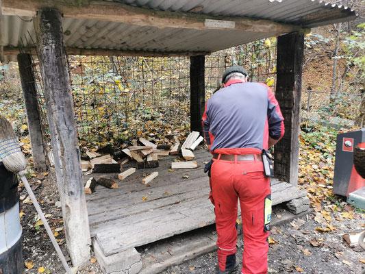 Leerer Holzunterstand beim Kiosk