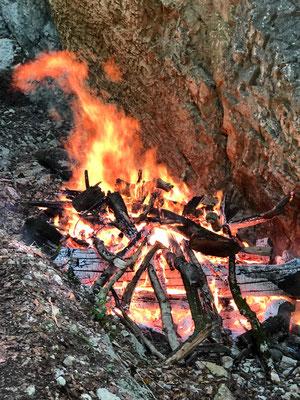 Daneben wird auch Holz verbrannt das sonst das Bächli verstopft