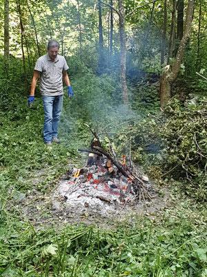 Putzen und verbrennen von Gestrüppp