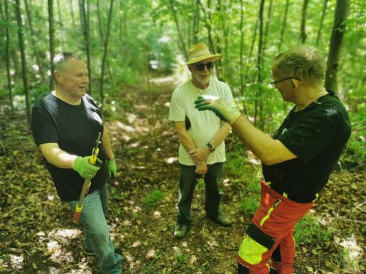 4 Mann (inkl. Fotograf) beraten und fangen mit säubern an