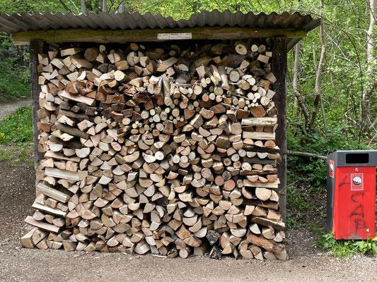 Übervoller Holzunterstand beim Kiosk. Bereit zum verbrennen