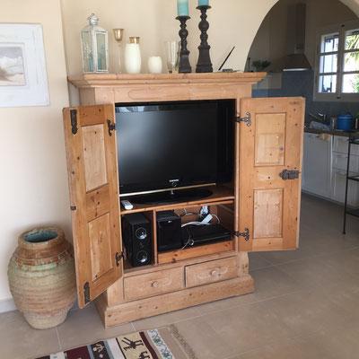 TV und Stereoanlage im Schrank