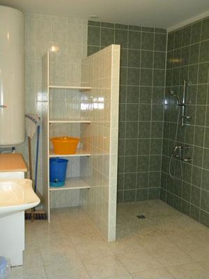 La salle de bain avec douche à litalienne