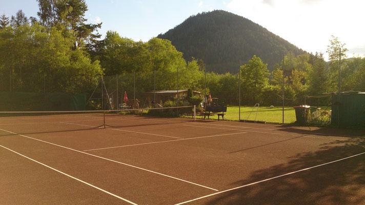 Tennisplatz mit Sicht auf den Großen Kainz