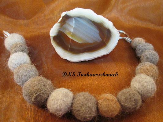 Armband aus Filzkugeln von Katzenhaaren