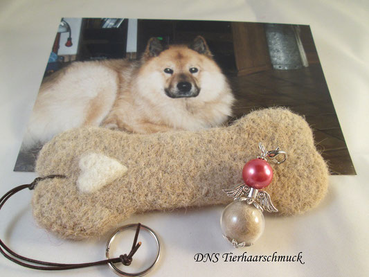 Eurasier Wolle lässt sich prima filzen, hier ein Anhänger in Knochenform und ein Engelchen