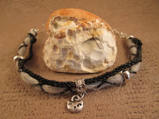 Armband aus gefilztem Katzenhaar