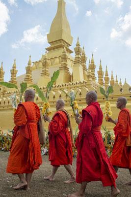 Buddhistische Mönche im Pha That Luang