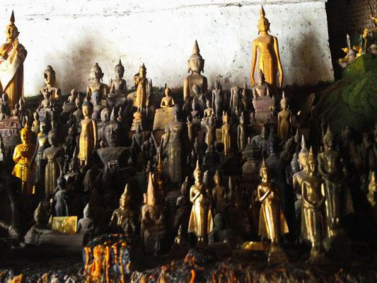 Die unter der zwei Pak Ou Caves ist voll mit alten Buddha Statuen.