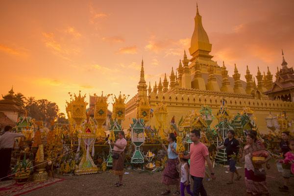 Zu bestimmten Festen und Feiertagen kommen die Laoten zum Beten in den Pha That Luang.