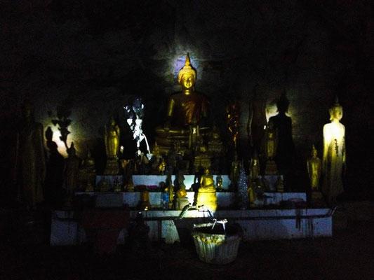 In der oberen Pak Ou Cave ruhen die Budda Statuen in fast vollkommener Dunkelheit.