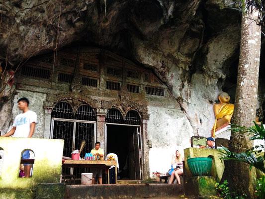 Der Eingang zur oberen Pak Ou Cave.