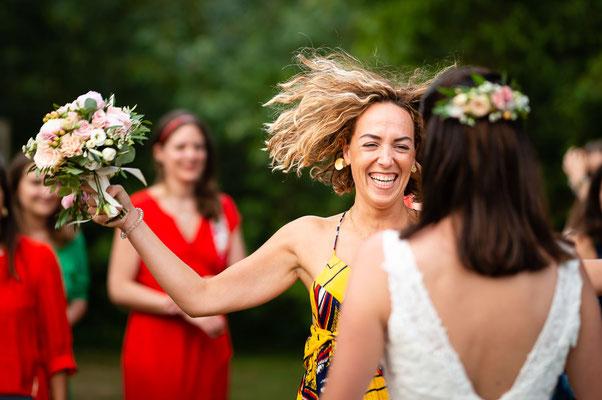 La témoin attrape le bouquet