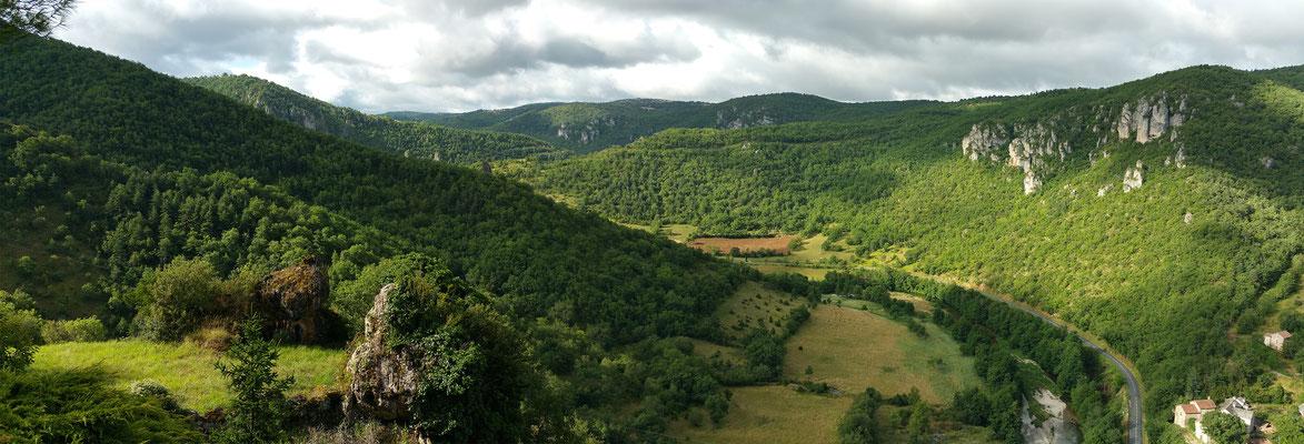 vacances-à-deux-en-gite-de-charme-et-d'-exception-en-aveyron-le-colombier-saint-veran-vue-panoramique-exceptionnelle-sur-meandre-de-la-dourbie-credit-photo-mcg