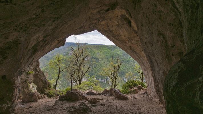 baume-gorges-de-la-dourbie-site-du-boffi-causse-noir-à-proximite-du-gite-d'-exception-en-aveyron-le-colombier-saint-veran-credit-photo-mcg