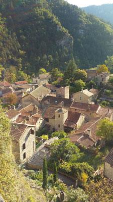 village-de-la-roque-sainte-marguerite-gorges-de-la-dourbie-à-4-km-du-gite-avec-piscine-privee-le-colombier-saint-veran-aveyron-credit-photo-mcg