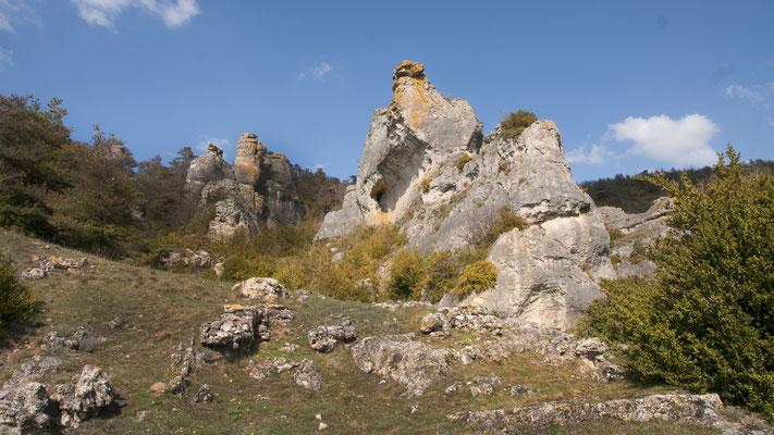 rocher-ruiniforme-sur-le-causse-du-larzac-terre-insolite-credit-photo-gite-d'exception-aveyron-le-colombier-saint-veran