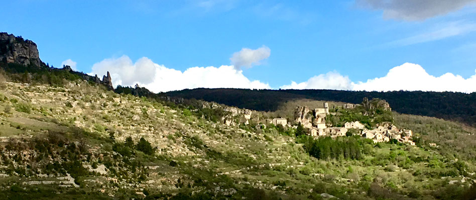 saint-veran-hameau-medieval-dans-les-gorges-de-la-dourbie-causse-noir-location-vacances-au-gite-d'-exception-le-colombier-saint-veran-piscine-privee-credit-photo-mcg