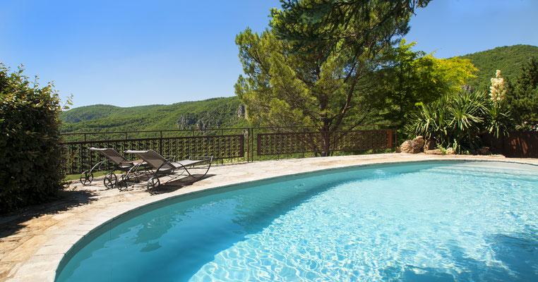 vue-sur-le-larzac-depuis-la-piscine-privee-du-gite-d'-eexception-en-aveyron-le-colombier-saint-veran-credit-photo-mcg