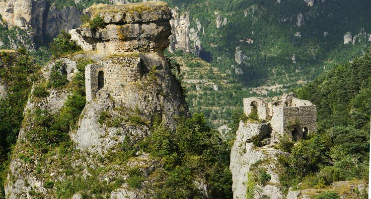 ermitage-de-saint-michel-causse-noir-surplombant-les-gorges-de-la-jonte-randonnee-recommandee-par-le-gite-de-charme-en-aveyron-le-colombier-saint-veran-meuble-de-tourisme-5-etoiles-credit-photo-mcg