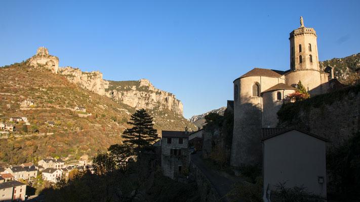 le-rocher-de-capluc-et-le-village-de-peyreleau-vacances-sport-et-nature-hebergement-en-gite-d'exception-le-colombier-saint-veran-aveyron-qualite-5-etoiles-credit-photo-mcg