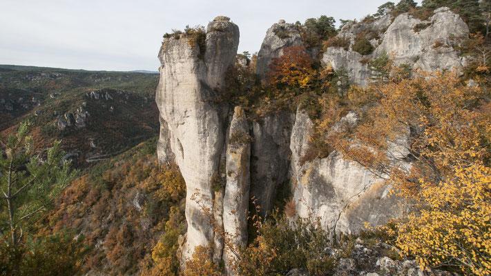 falaises-corniche-du-rajol-la-roque-sainte-marguerite-randonnee-pedestre-à-proximite-du-gite-d'-exception-le-colombier-saint-veran-aveyron-credit-photo-mcg