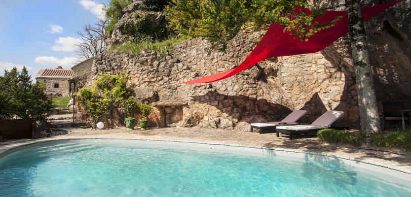 sejour-à-2-en-aveyron-dans-un-gite-d'-exception-le-colombier-saint-veran-la-piscine-privee-au-fond-le-gite-credit-photo-mcg