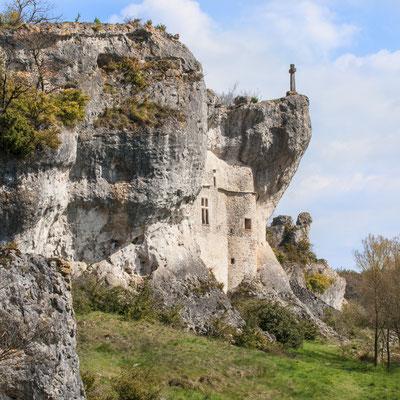 habitat-troglodite-sur-le-causse-du-larzac-terre-insolite-credit-photo-gîte-d'exception-aveyron-le-colombier-saint-veran