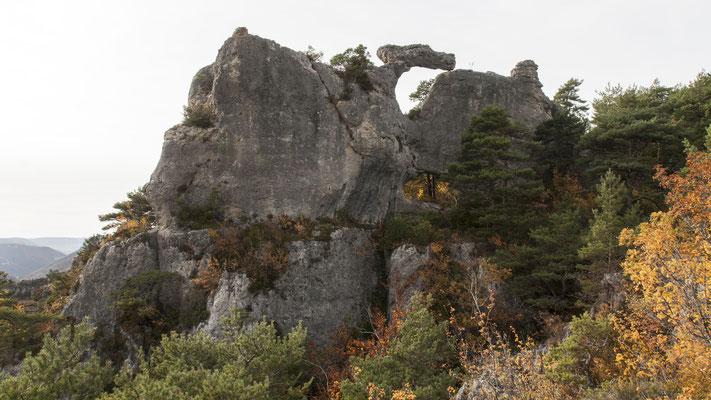 rocher-du-dromadaire-corniche-du-rajol-la-roque-sainte-marguerite-randonnee-à-proximite-du-gite-d'-exception-le-colombier-sint-veran-aveyron-credit-photo-mcg