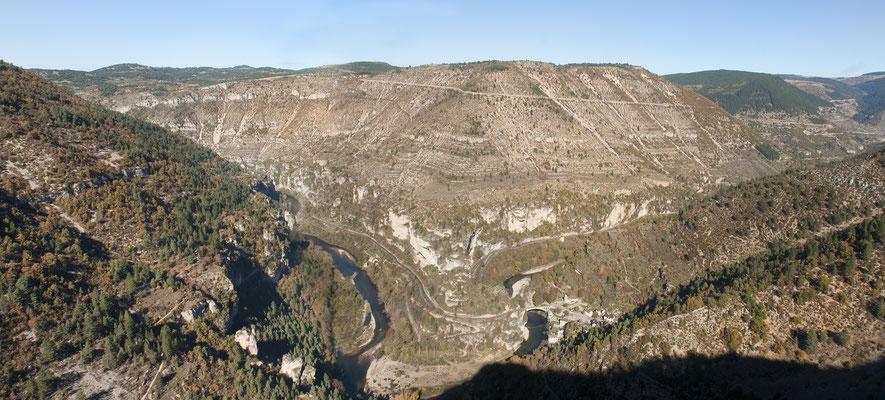 panorama-cirque-de-saint-chely-du-tarn-gorges-du-tarn-vacances-sport-et-nature-hebergement-en-gite-avec-piscine-privee-le-colombier-saint-veran-aveyron-qualite-5-etoiles-credit-photo-mcg