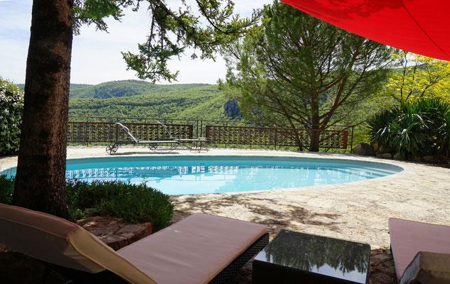 vacances-à-2-et-farniente-au-bord-de-la-piscine-privee-au-gite-de-charme-le-colombier-saint-veran-aveyron-credit-photo-mcg
