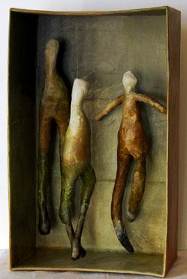 trois dans une boite - carton, papier mâché, acrylique - 30 x 48 cm