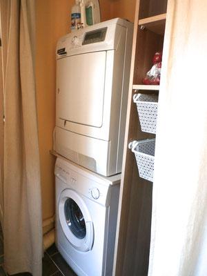 Lave-linge et sèche-linge à disposition.