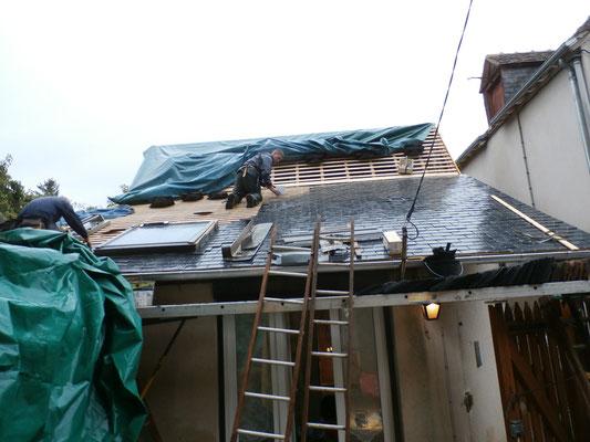 Septembre : le toit à l'arrière de la maison a été refait en ardoises traditionnelles.
