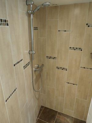 Grande douche à l'italienne.