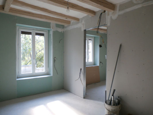 Septembre : Les plaquistes ont isolé la maison et redessiné les 2 pièces.